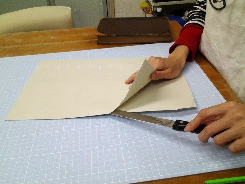 (3)封筒の一辺を切り開く