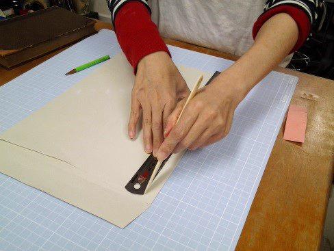(5)ヘラで折り目を付ける