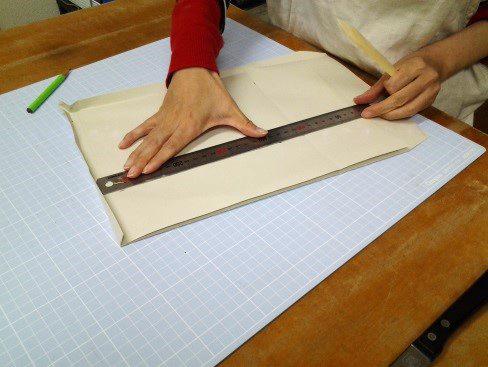 (11)封筒のサイドを折り曲げる