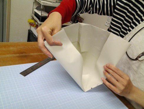(13)封筒のサイドを中へ折りこむ